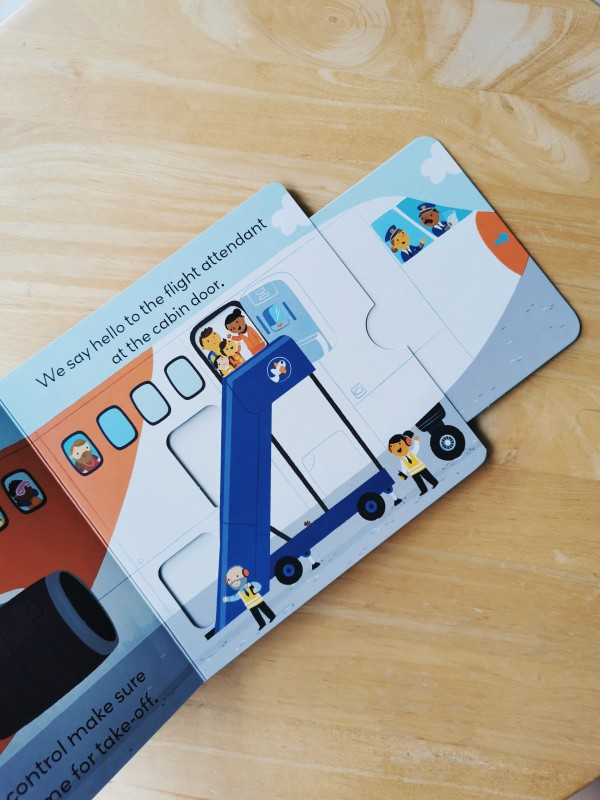 At The Airport: A Push-And-Pull Adventure (Little World) - Petit World